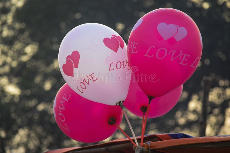 Koloryt i uśmiechnięta balonowa wioska zaludniamy najwięcej bawić się lotniczego balonu zdjęcia royalty free