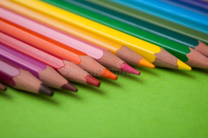 koloryt ołówki na zielonym tle obrazy royalty free