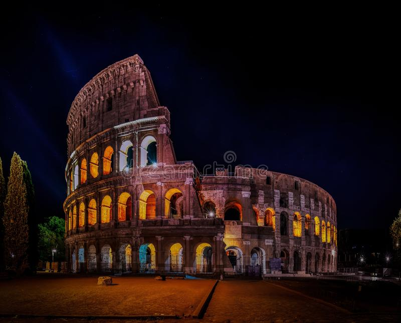 Koloseum w Rzymie w nocy obrazy royalty free