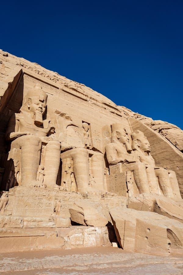 Koloss av den stora templet av Ramesses II eller Ramesses det stort på Abu Simbel Aswan Egypt royaltyfri fotografi