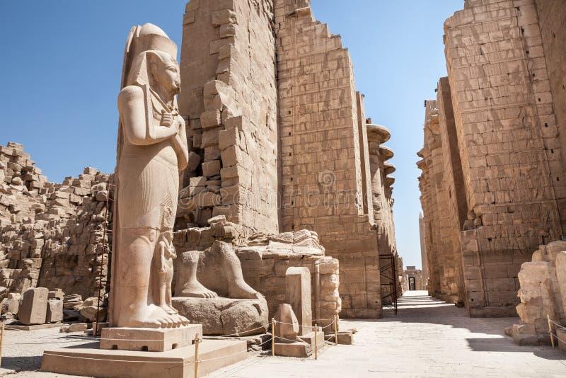 Kolossaal standbeeld bij karnaktempel royalty-vrije stock afbeeldingen