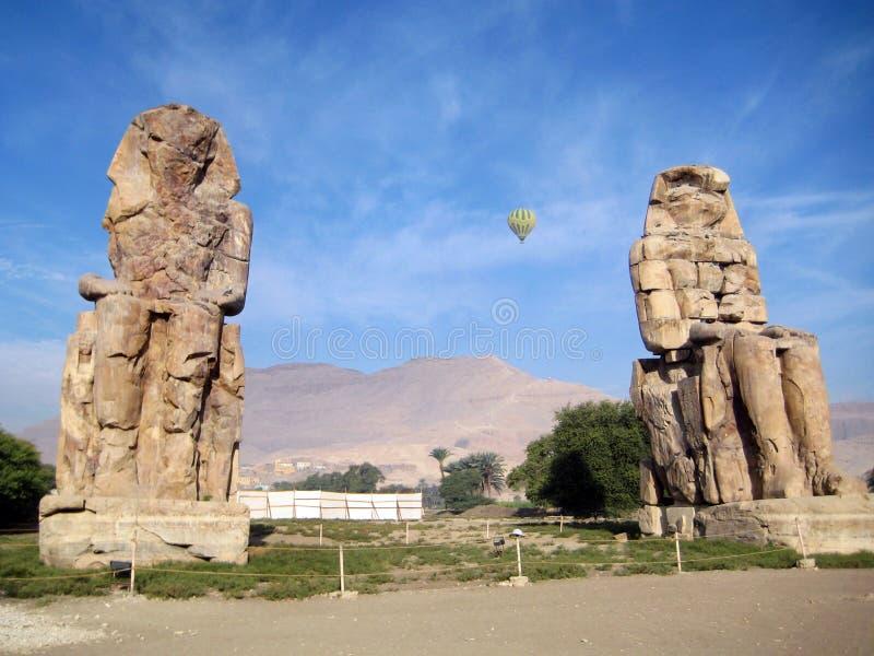 Kolosser av Memnon med ballongen i himlen royaltyfria foton