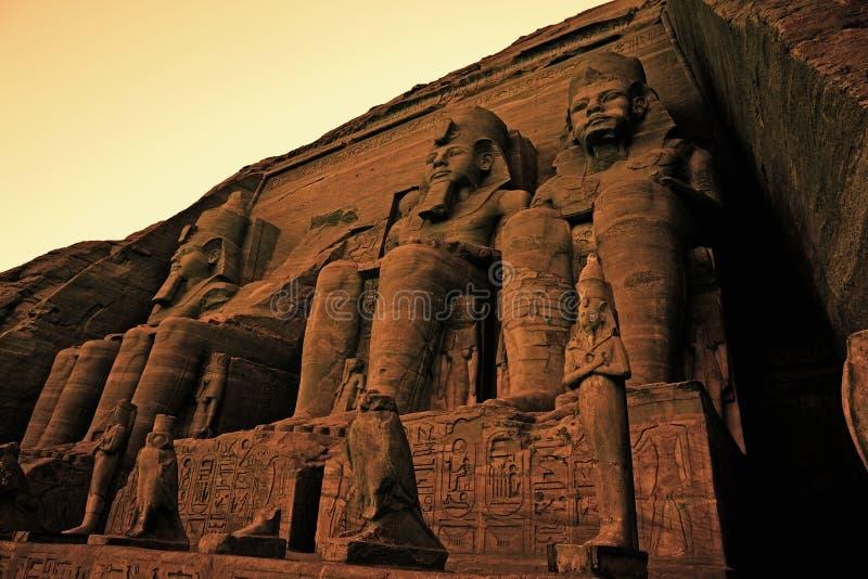 Kolosser av Ramses II den stora templet av den Ramses II Abu Simbel UNESCOvärldsarvet Egypten royaltyfri fotografi