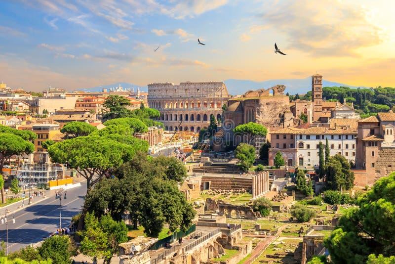 Kolosseum und Roman Forum, schöne Sonnenuntergangansicht lizenzfreie stockfotografie