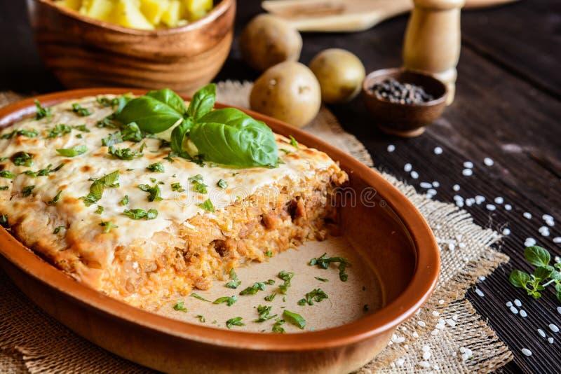 Kolozsvari Kaposzta - Varza en la Cluj - i lager sur kål med köttfärs och ris som överträffas med gräddfil royaltyfri bild