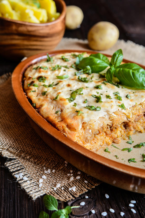 Kolozsvari Kaposzta - Varza la科鲁-层状酸圆白菜用肉末和米,冠上与酸性稀奶油 免版税库存图片