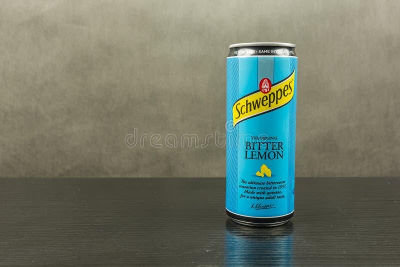 Kolsyrad läsk i en anstrykning för bitter citron - det Schweppes märket arkivfoto