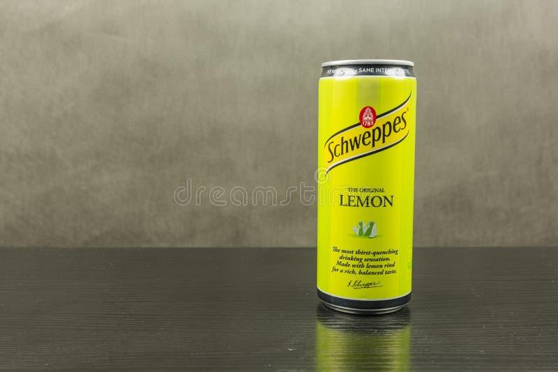 Kolsyrad läsk i en citronanstrykning - det Schweppes märket royaltyfri foto