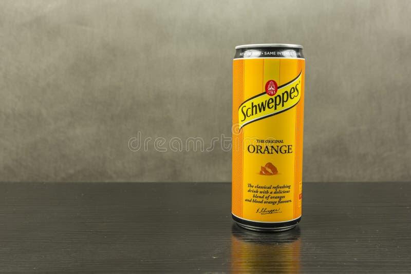 Kolsyrad läsk i en orange anstrykning - det Schweppes märket arkivbilder