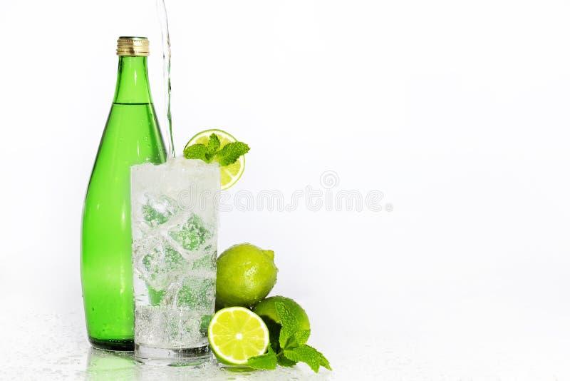 Kolsyrat vattenlimefruktmintkaramell royaltyfri foto