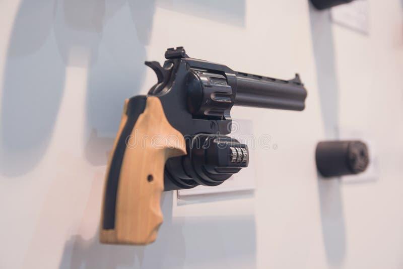 Kolt w sklepowym okno w bronie robi zakupy obrazy stock