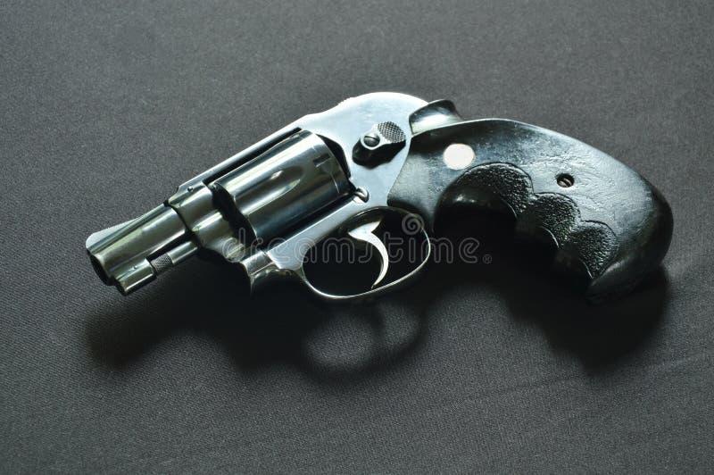 Kolta pistolet na czarnym tkaniny tle fotografia royalty free