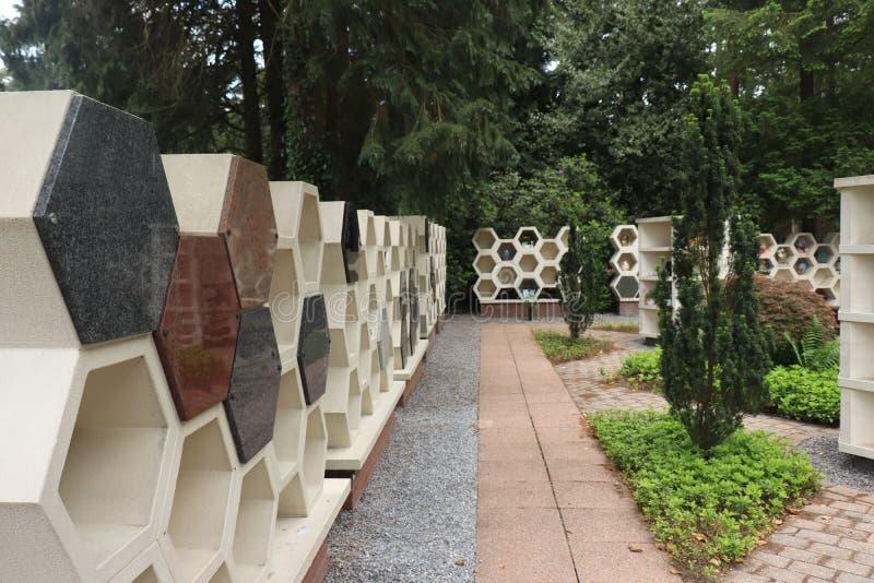 Kolumbarium ?cienny pobliski crematorium obrazy stock