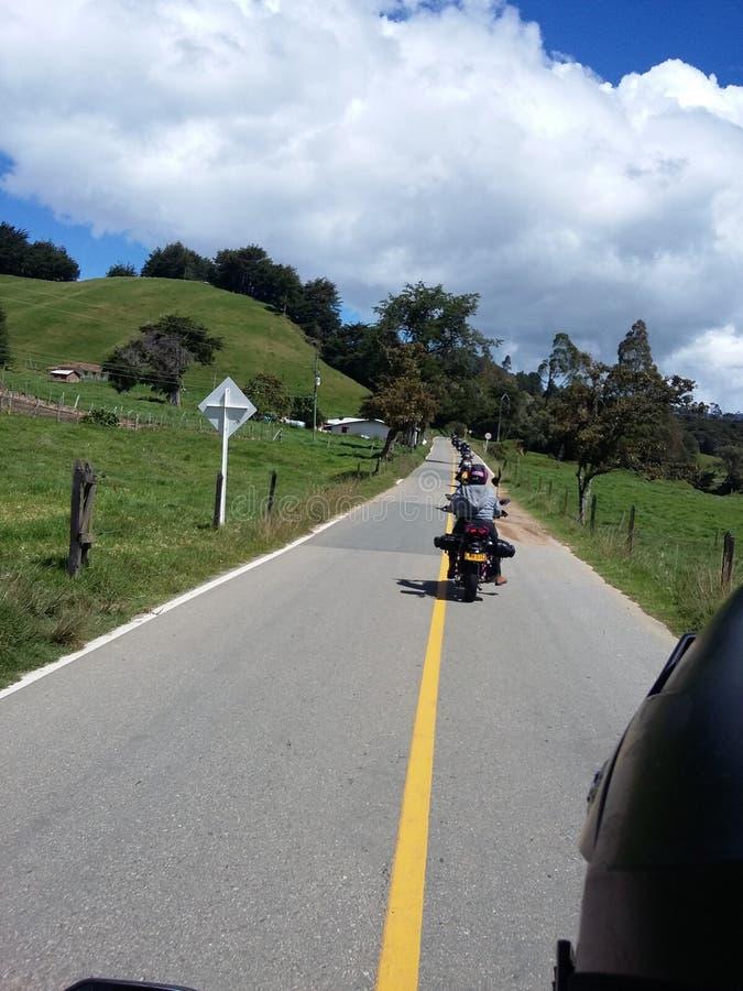 Kolumbianische Straße mit Motorrädern und Freunden lizenzfreie stockbilder