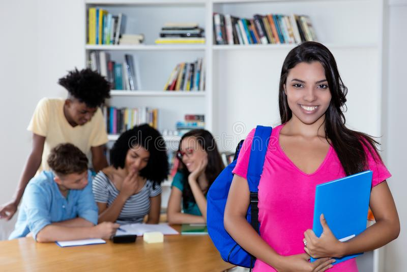 Kolumbianische Studentin mit Gruppe internationalen Studenten lizenzfreies stockbild