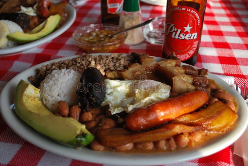 Kolumbianisches Lebensmittel mit Pilsen-Bier stockbild