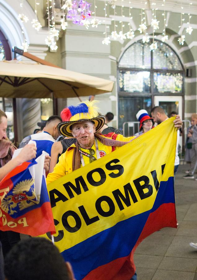 Kolumbijscy fan futbol na Moskwa ulicie Puchar Świata 2018 ludzie jest ubranym kolorowych ubrania zdjęcie royalty free