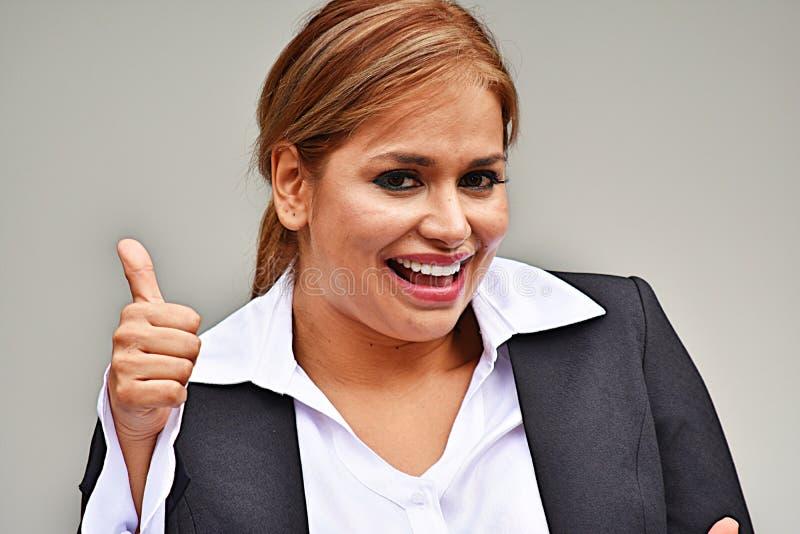 Kolumbijska Biznesowa kobieta Jest ubranym kostium Z aprobatami zdjęcie royalty free