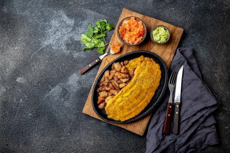 KOLUMBIJSKI KARAIBSKI ŚRODKOWO-AMERYKAŃSKI jedzenie Patacon lub cały zielony banana banan na bielu toston, smażącego i spłaszczaj fotografia stock