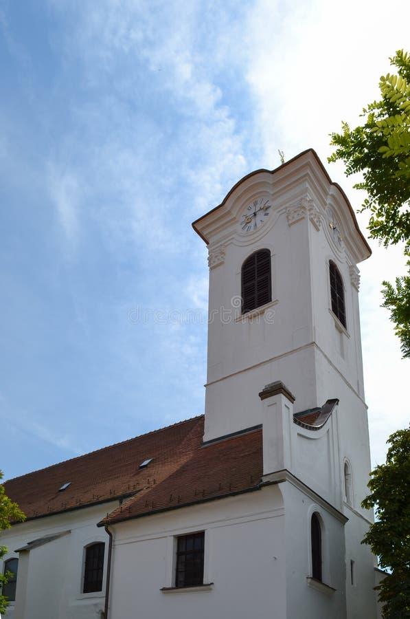Kolumna budynek z zegarem Budować przeciw niebieskiemu niebu w jasnej pogodnej pogodzie zdjęcia stock