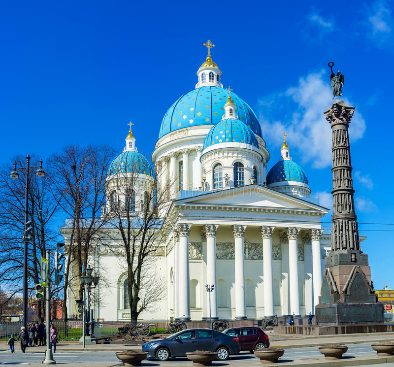 Kolumna działa przy trójcy katedrą w St Petersburg zdjęcia royalty free