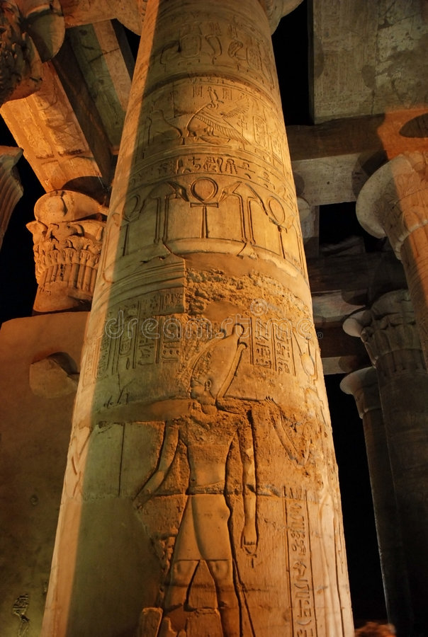 kolumna Egiptu grawerująca kom ombo świątyni zdjęcia stock