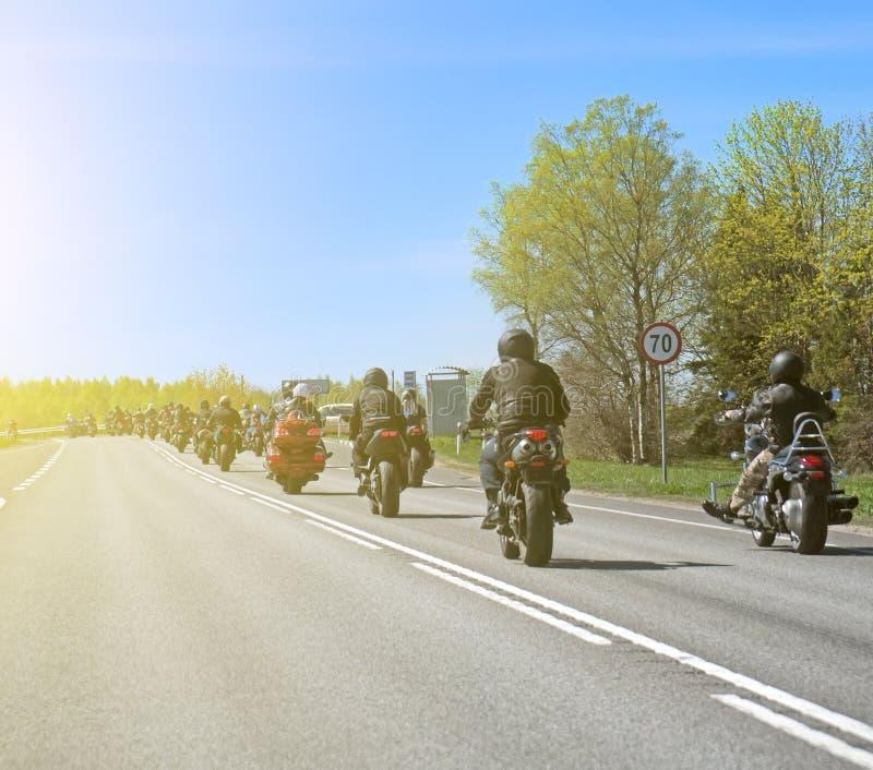 Kolumna rowerzyści zdjęcie stock