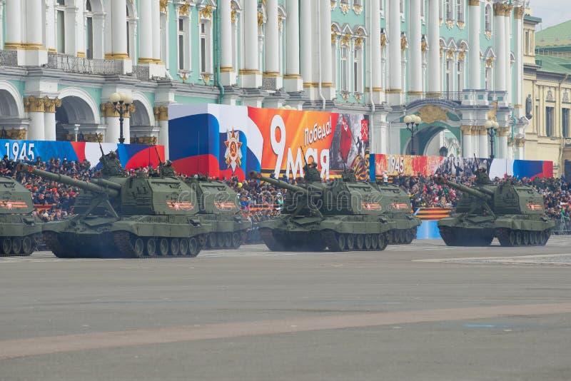 Kolumna samojezdni artyleryjscy działa Msta-S przed świątecznymi stojakami obraz royalty free