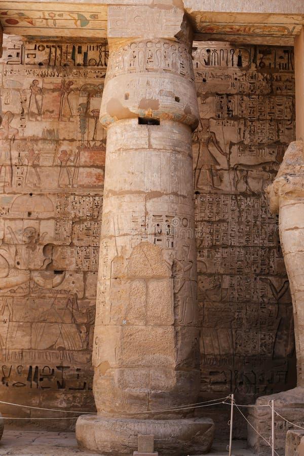 Kolumna w Medinet Habu świątyni w Luxor, Egipt fotografia stock