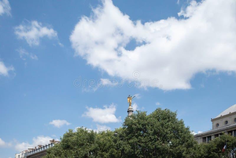 Kolumna z złocistą statuą przy fontanną Chatelet w Paryż, Francja obrazy royalty free