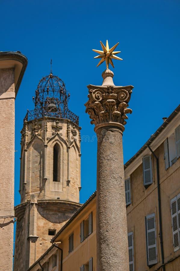 Kolumna z złotą gwiazdą na odgórny i dzwonkowy wierza w Provence obraz royalty free