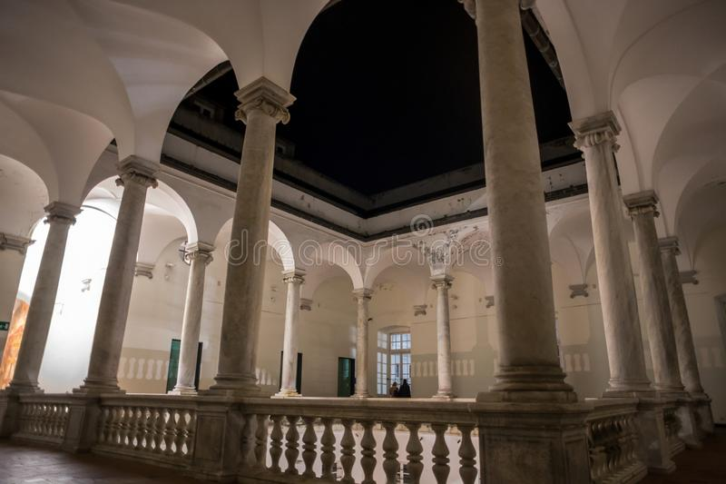 Kolumnada zewnętrznie pierwsze piętro Palazzo Ducale nocą w włoskim mieście genua Genova, Włochy zdjęcia stock
