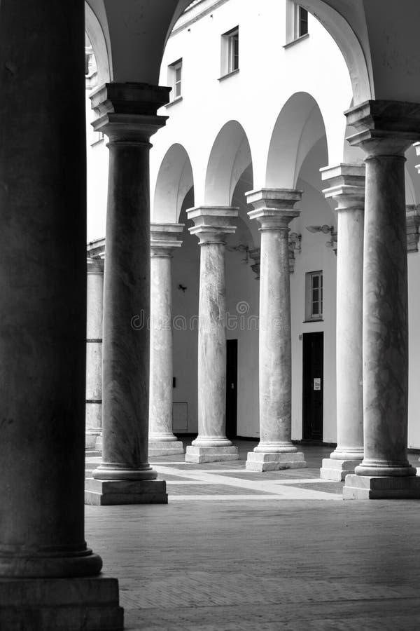 Kolumnada zewnętrznie podwórze Palazzo Ducale w włoskim mieście genua, Włochy zdjęcie stock