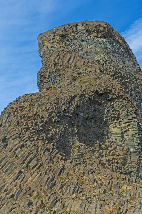 Kolumnowy bazalt w Dramatycznym Powulkanicznym pinaklu zdjęcie stock