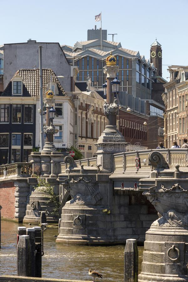 Kolumny Błękitny most przez Amstel rzekę w Amsterdam zdjęcie royalty free