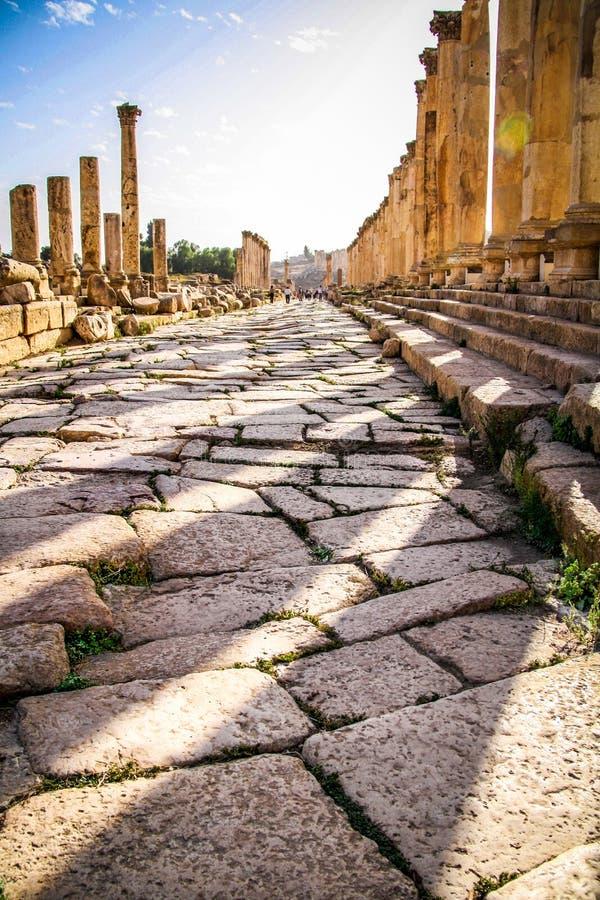 Kolumny i brukowowie antyczna Romańska droga w Jerash obraz royalty free