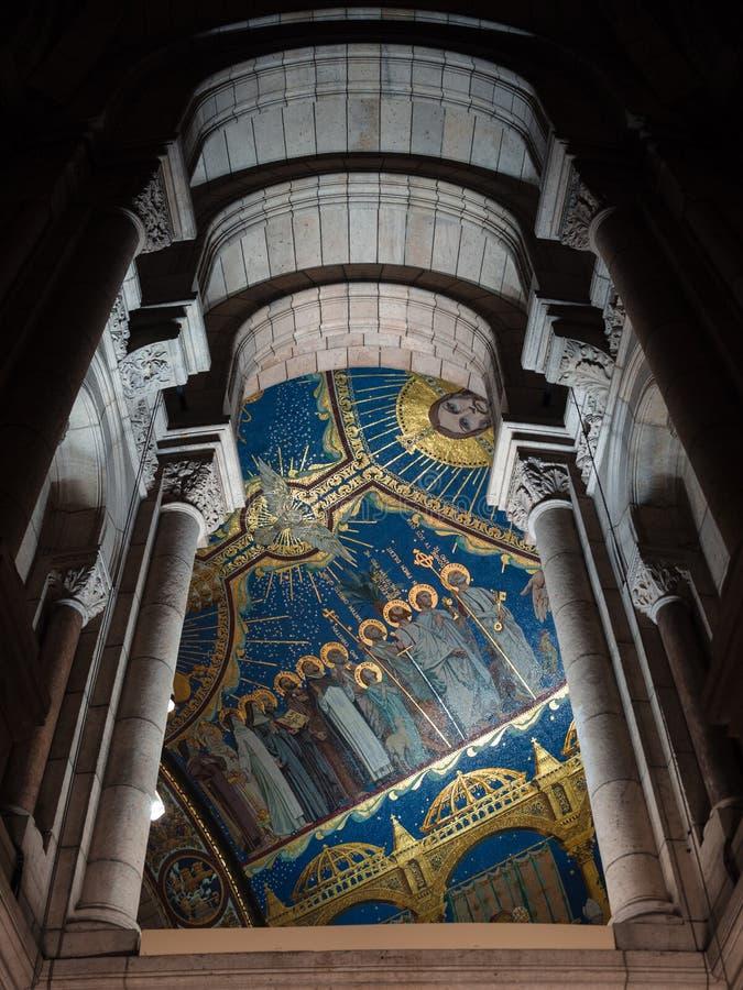 Kolumny i mozaika sufit z świętymi wizerunkami wśrodku sacre-c zdjęcie stock