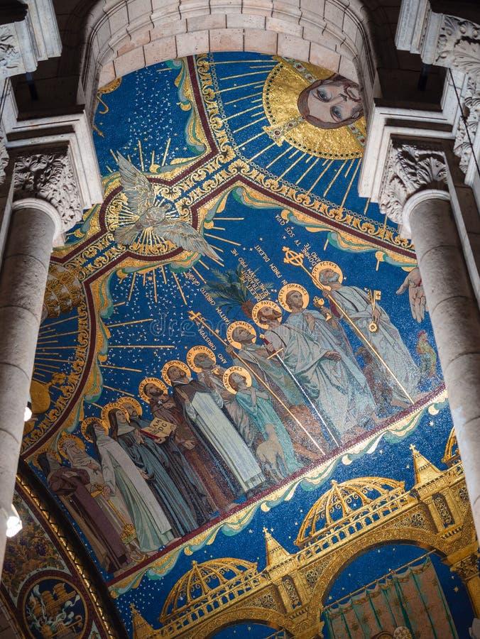 Kolumny i mozaika sufit z świętymi wizerunkami wśrodku sacre-c obrazy stock