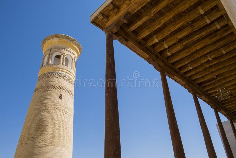 Kolumny i wierza w PAMIĄTKOWYM kompleksie KHOJA BAHAUDDIN NAKSHBAND, Bukhara, Uzbekistan obrazy stock