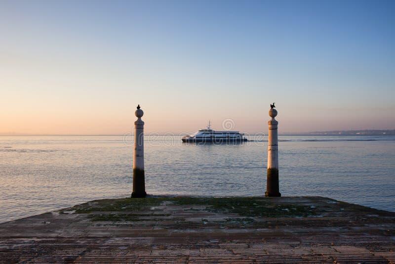 Kolumny molo i Tagus rzeka przy wschodem słońca w Lisbon obrazy stock