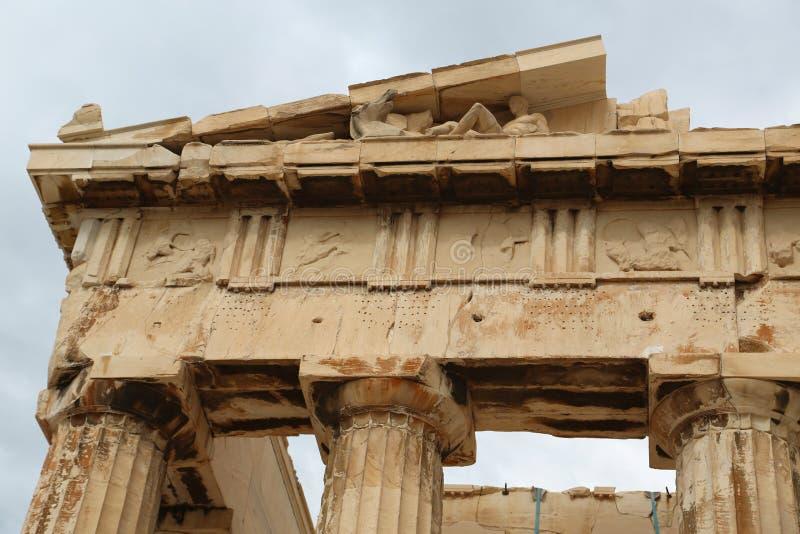 Kolumny Parthenon - antykwarska świątynia w Ateńskim akropolu w Grecja obraz royalty free