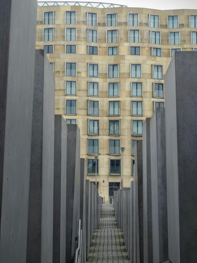 Kolumny pomnik holokaust z żółtym budynkiem mimo to berlin Niemcy zdjęcie stock