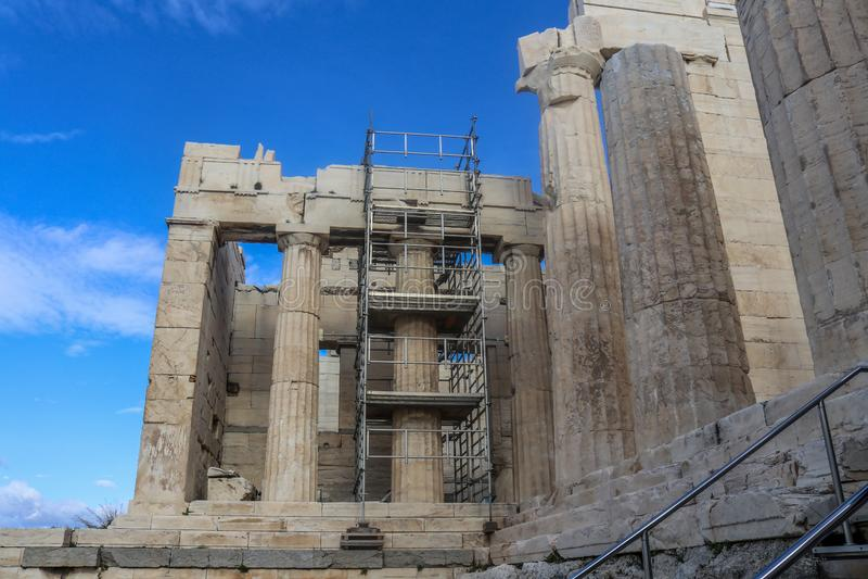 Kolumny przy wejściem akropol w Ateny Grecja z metalu rusztowaniem budowali wokoło kolumny naprawiają z pięknym błękitem zdjęcie royalty free