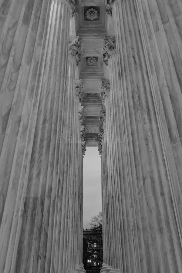 Kolumny sąd najwyższy przy półmrokiem fotografia stock