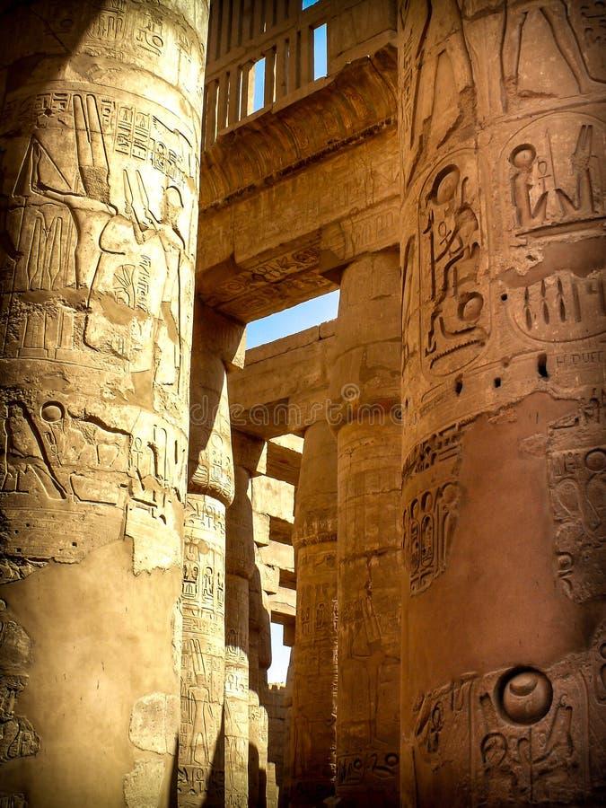 Kolumny w hipostylu Hall przy świątynią Karnak (Luxor, Eg. fotografia stock