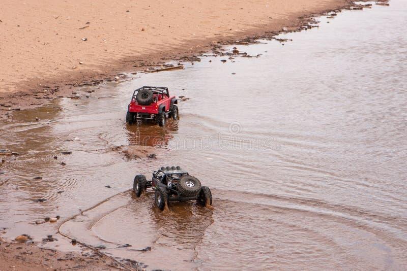 Kolyazin, Moskau-Region/Russische Föderation - 1. Mai 2014: RC-Autotrophäe crowler Jeep-und Vaterra-Zwillings-Hammerbewegungen lizenzfreie stockfotos