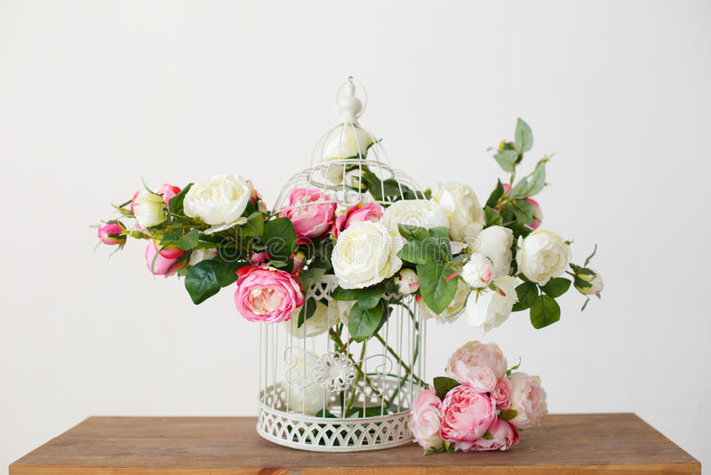 Komórka pełno wzrastał kwiaty na drewnianym stole obrazy stock