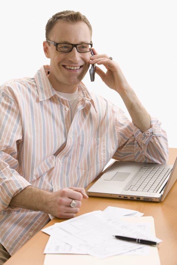komórki dom odizolowywający mężczyzna telefonu działanie obraz royalty free
