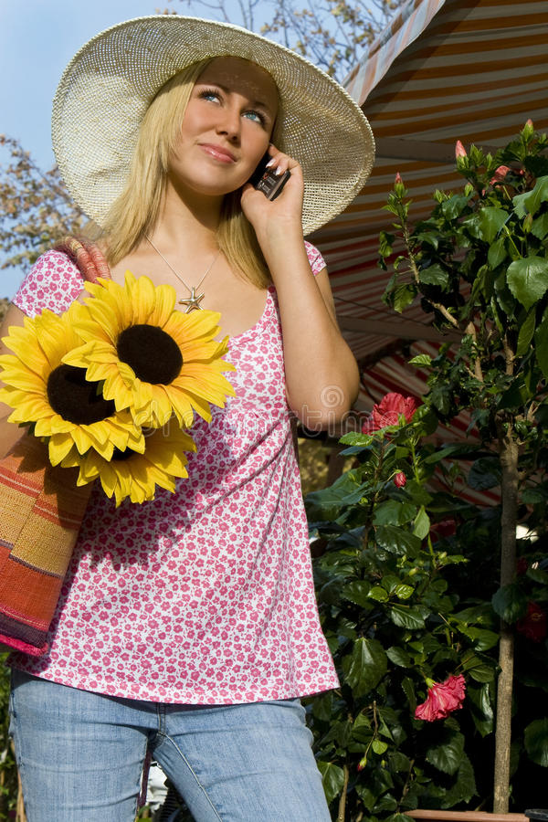 komórki dziewczyny kapeluszowi telefonu słońca słoneczniki obrazy stock
