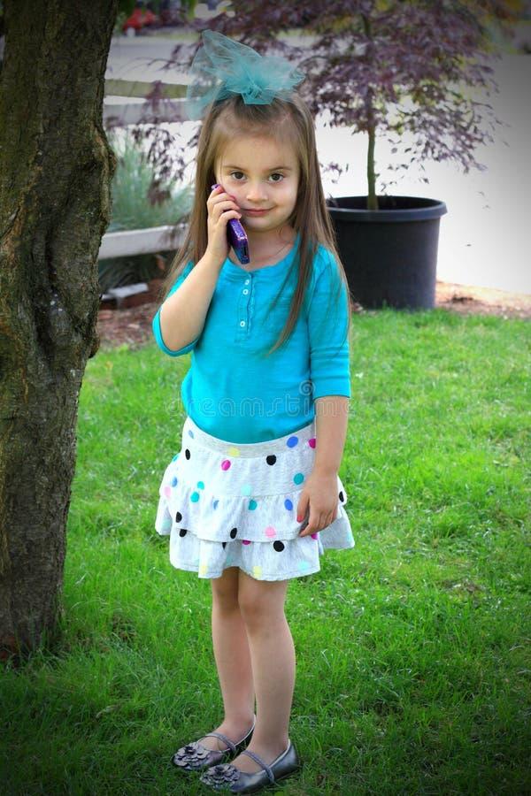 komórki dziewczyny mały telefonu target369_0_ fotografia stock